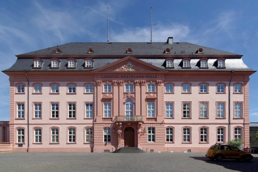 Lizenz: http://commons.wikimedia.org/wiki/File:Mainz_Deutschhaus_BW_2012-08-18_13-28-02.jpg
