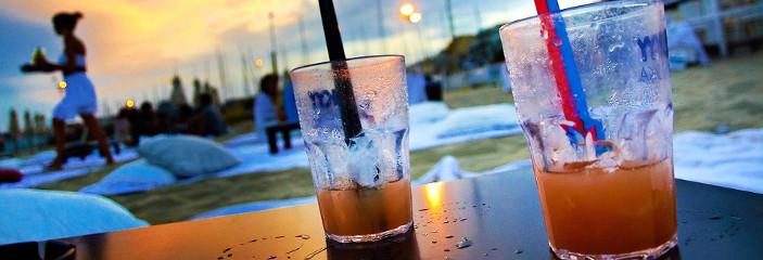 Cocktailgläser auf einer Party