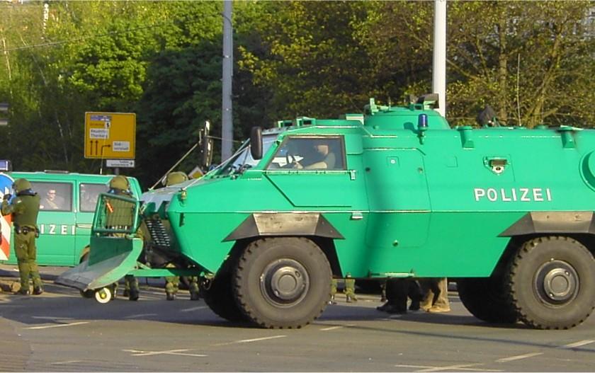 """""""Polizei Panzerwagen"""". Lizenziert unter Creative Commons Attribution-Share Alike 3.0 über Wikimedia Commons - http://commons.wikimedia.org/wiki/File:Polizei_Panzerwagen.jpg#mediaviewer/File:Polizei_Panzerwagen.jpg"""