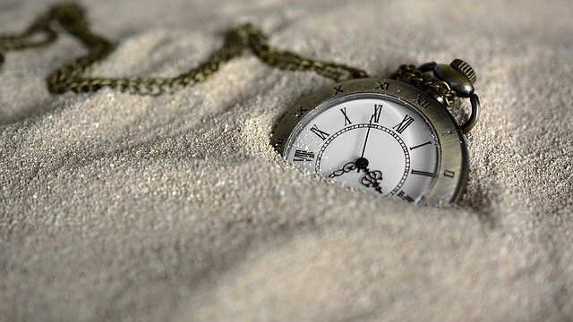 Taschenuhr im Sand